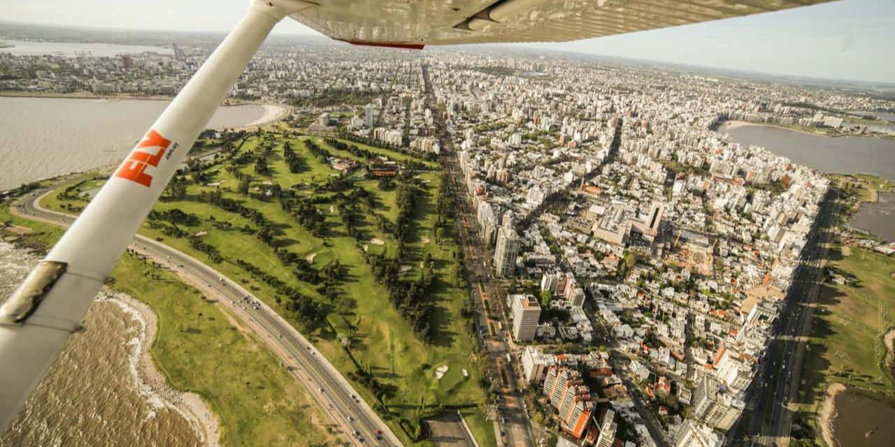 Experimentá la sensación de sobrevolar Montevideo en avión junto a dos amigos